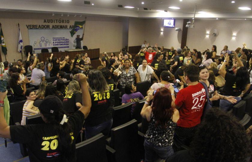 Após ato de professores, Prefeitura se reúne com sindicato e reafirma proposta salarial