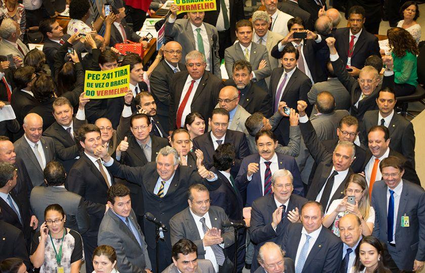 Aprovação da PEC 241 divide opiniões de parlamentares