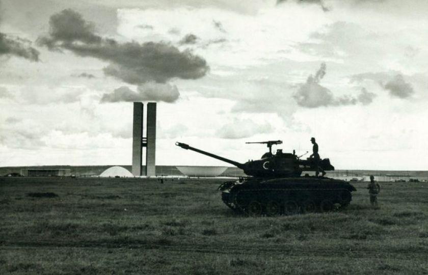 Arquivo: há 40 anos, ditadura fechava o Congresso
