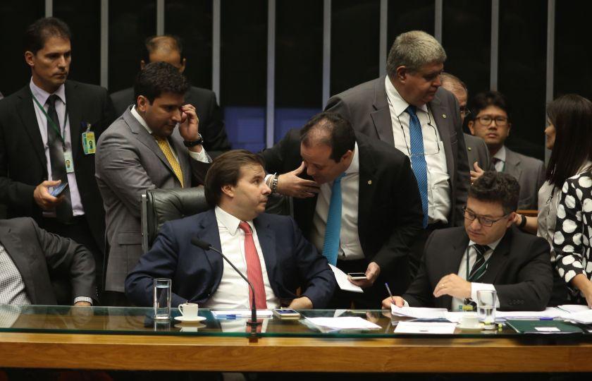 Câmara rejeita emendas, mas encerra sessão sem concluir projeto do pré-sal