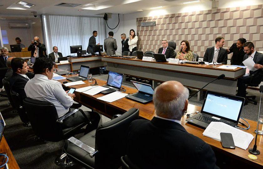 Comissão aprova relatório que propõe o fim dos supersalários