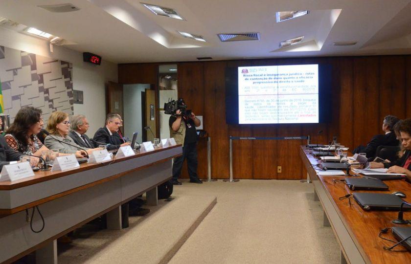 Críticas à PEC dos Gastos marcam audiência pública da CAE