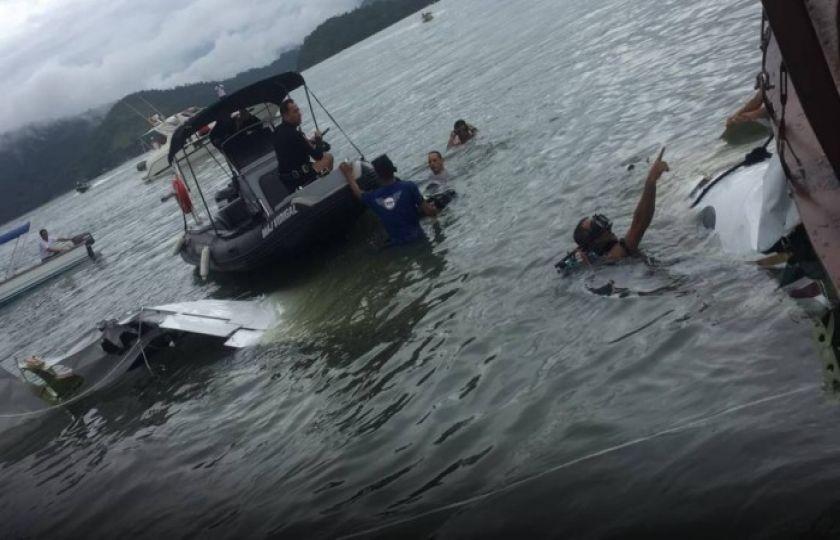 Destroços do avião que caiu em Paraty são retirados do mar