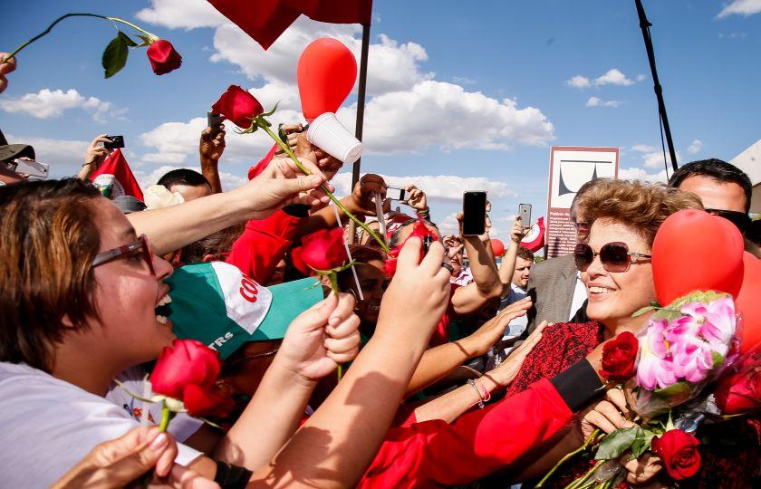 Dilma desce do carro e cumprimenta manifestantes ao deixar o Alvorada