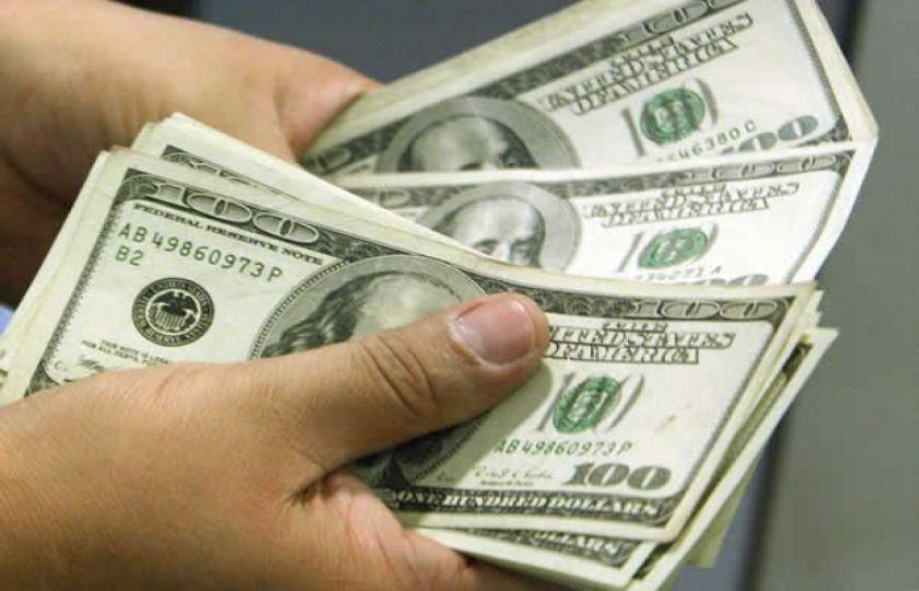 Dólar opera em queda em relação ao real, de olho em cenário externo