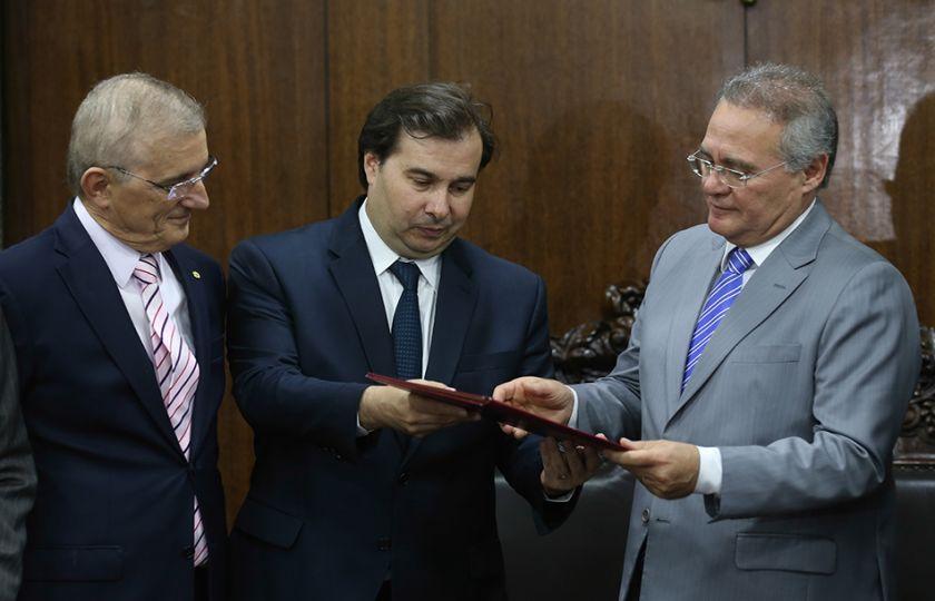 Maia entrega a Renan o texto aprovado da PEC do Teto dos Gastos Públicos