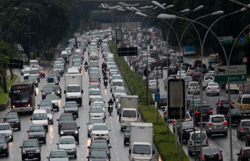 Maioria dos brasileiros quer menos espaço para carro particular nas ruas