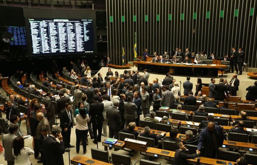 Parlamentares apostam em quórum de mais de 400 e cassação de Cunha