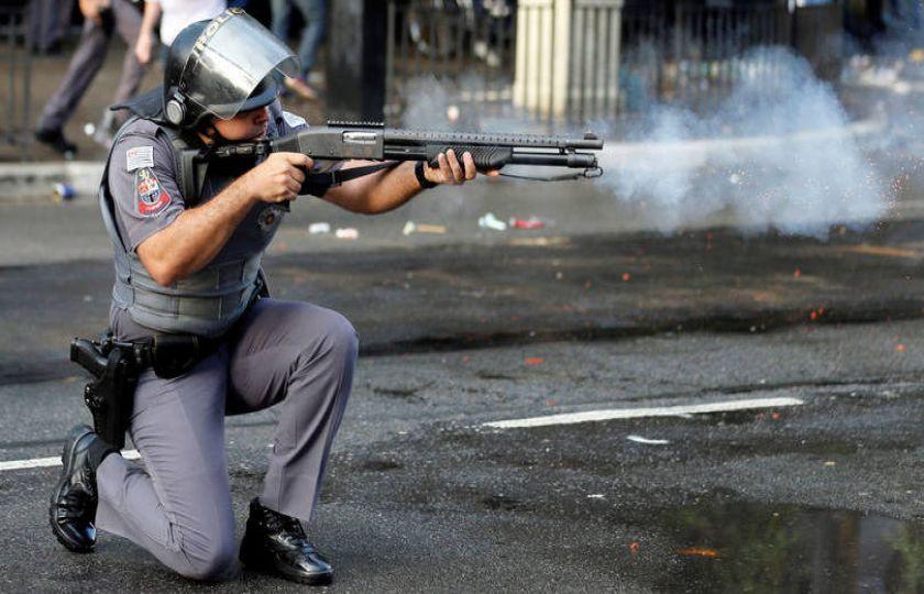 PMs arremessam bombas e gás lacrimogêneo ao final de protesto em São Paulo