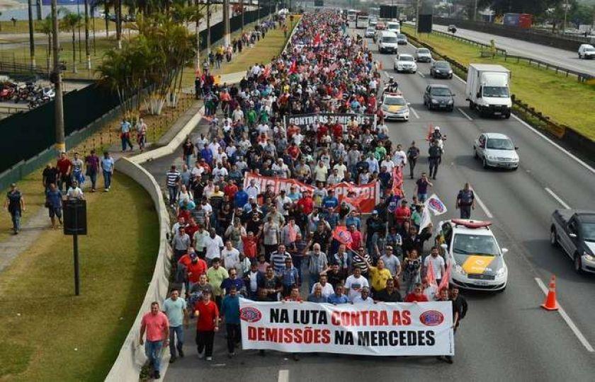 Protesto de trabalhadores da Mercedes-Benz bloqueia a Via Anchieta