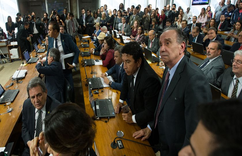 Senado aprova em primeiro turno PEC que prevê fim de coligações