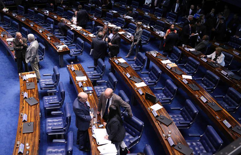 Senadores decidem nesta terça se votam projeto sobre terceirização