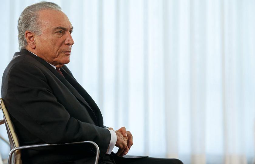 Temer recebe senadores para discutir PEC dos Gastos; estudantes fazem protesto
