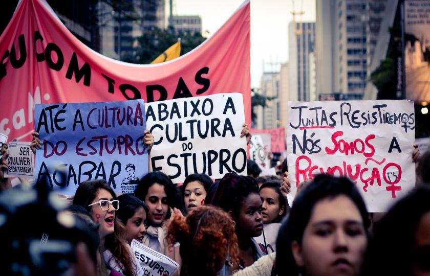 Um em cada três brasileiros culpa as mulheres por estupro, diz pesquisa