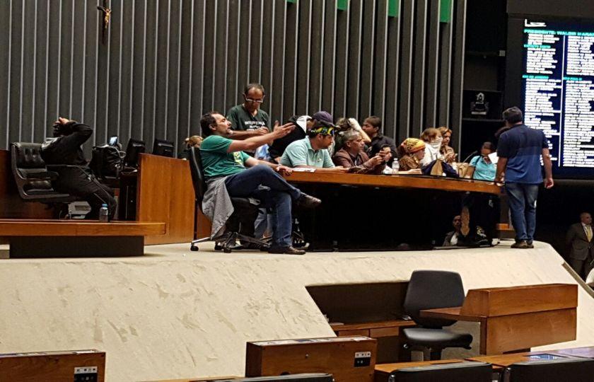 Um grupo de manifestantes invadiu o Plenário da Câmara e sessão foi suspensa